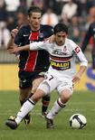 <p>Jogador do Paris St. Germain Jeremy Clement briga com Chaouki Ben Saada do Nice durante o Campeonato Francês em Paris. 05/04/2009. REUTERS/Benoit Tessier</p>
