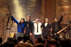 <p>Музыканты группы Металлика риветсвуют поклонников во время церемонии в Зале славы Рок-н-ролла в Кливленде 4 апреля 2009 года. Легендарная хэви-металл группа Metallica в минувшие выходные была торжественно введена в Зал славы рок-н-ролла. REUTERS/Aaron Josefczyk</p>