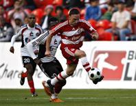 <p>O meia Frank Ribéry do Bayern de Munique jogando contra os jogadores do Al-Jazira em Abu Dhabi. 10/01/2009. REUTERS/Nikhil Monteiro</p>