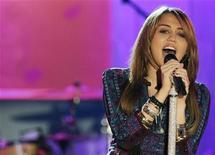 """<p>La cantante Miley Cyrus se presenta en el programa televisivo del canal ABC """"Good Morning America"""" en Nueva York, 8 abr 2009. Miley Cyrus y su personaje Hannah Montana seguramente no superarán a los autos de carreras y extraterrestres animados en los cines norteamericanos este fin de semana de feriado de Pascua. REUTERS/Brendan McDermid</p>"""