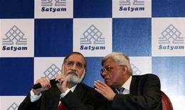 <p>Il membro del board di Satyam Computer Services, Deepak Parekh (a destra) parla col presidente della società Kiran Karnik durante una conferenza stampa a Mumbay. REUTERS/Arko Datta (INDIA BUSINESS SCI TECH)</p>