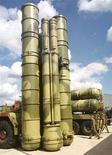 <p>Противоракетный комплекс С-300 на авиашоу в подмосковном Жуковском 18 августа 1999 года. Израиль добивается, чтобы Россия отказалась от продажи стратегической системы противовоздушной обороны Ирану, но получает лишь неопределенные обещания, сказал в понедельник источник из министерства обороны Израиля. REUTERS/Viktor Korotayev</p>