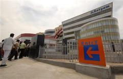<p>Empleados de Satyam Computer Services Ltd ingresan a las oficinas centrales en Hyderabad, India, 13 abr 2009. La tecnológica india Tech Mahindra presentó la oferta más alta por una participación mayoritaria en Satyam Computer Services, anunció el lunes la empresa de servicios de subcontratación golpeada por un millonario fraude en un comunicado. REUTERS/Krishnendu Halder</p>