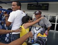 <p>Жители Кубы приветствуют родственников прилетевших из США в аэропорту Гаваны 13 апреля 2009 года. Президент США Барак Обама ослабил условия длительного эмбарго против Кубы, разрешив американским телекоммуникационным компаниям работать на острове и сняв запрет, который ограничивал общение американцев кубинского происхождения с родственниками на родине. REUTERS/Enrique De La Osa</p>