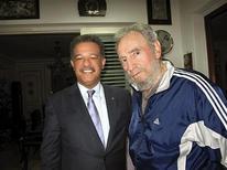 <p>L'ex-presidente cubano Fidel Castro (a destra) con il presidente della Repubblica dominicana Leonel Fernandez. REUTERS/Dominican Republic presidency/Handout</p>