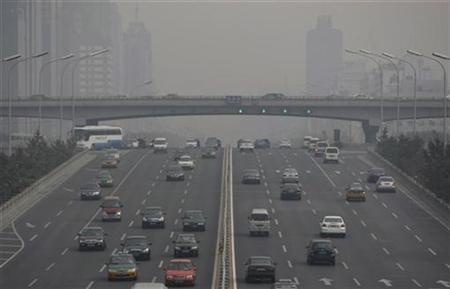 Vehicles run on a Beijing's main road, Jianguo Road, October 13, 2008. REUTERS/Jason Lee