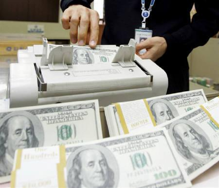 4月16日、全世界から米国を投資先とするマネーの流れは米国発の金融・経済危機を背景に急速に細っている。写真は米ドル紙幣。2006年1月撮影(2009年 ロイター/Lee Jae-Won)