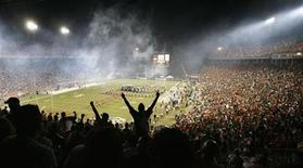 <p>Fans cheer former University of Miami Hurricane greats as they are presented during half-time festivities during the final game at the Orange Bowl November 10, 2007. REUTERS/Hans Deryk</p>