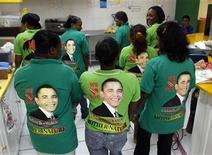 """<p>Empleadas de un restaurant muestras sus camisetas de trabajo con la imagen de Barack Obama en Puerto España, 17 abr 2009. La capital de las islas caribeñas de Trinidad y Tobago no será el corazón global de la """"Obamamanía"""", pero la llegada del mandatario de Estados Unidos a Puerto España para la cumbre de las Américas es una nueva muestra de su fuerte popularidad fronteras afuera. REUTERS/Jorge Silva</p>"""