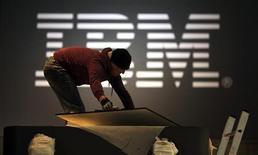 <p>IBM fait état d'une chute plus forte que prévu de son chiffre d'affaires au premier trimestre, en raison du ralentissement des investissements informatiques de ses clients face à la crise. /Photo prise le 27 février 2009/REUTERS/Hannibal Hanschke</p>