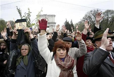 Protesters hold up their hands to represent their voting for a new election and the resignation of President Vladimir Voronin during a rally in central Chisinau April 12, 2009. REUTERS/Denis Sinyakov