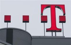 <p>Deutsche Telekom annonce une sensible révision de ses prévisions de bénéfice pour cette année en mettant en avant les effets de la récession et une forte concurrence. /Photo prise le 27 février 2009/REUTERS/Ina Fassbender</p>