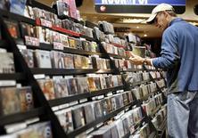 <p>Les ventes mondiales de musique ont baissé de plus de 8% à 18,42 milliards de dollars (14,23 milliards d'euros) en 2008, plombées par la chute des ventes aux Etats-Unis, selon les données publiées par la Fédération internationale de l'industrie du disque (IFPI). /Photo d'archives/REUTERS/Shannon Stapleton</p>