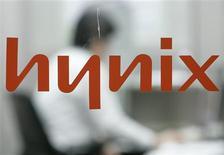 <p>Les principaux actionnaires de Hynix Semiconductor se sont mis d'accord pour apporter au fabricant de mémoires 1.300 milliards de wons (747 millions d'euros) d'argent frais, via notamment une nouvelle augmentation de capital et des prêts. Ce sera la deuxième augmentation de capital du groupe sud-coréen cette année. /Photo prise le 5 février 2009/REUTERS/Jo Yong-Hak</p>