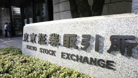4月23日、東京市場は株、為替、債券の各市場ともに方向感のない展開に終始。写真は昨年11月、東京証券取引所前で(2009年 ロイター)