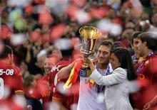 <p>L'ad della Roma Rosella Sensi con Francesco Totti festeggiano dopo aver vinto la Coppa Italia battendo l'Inter all'Olimpico a Roma il 24 maggio 2008. REUTERS/Max Rossi</p>
