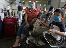 <p>اشخاص يرتدون اقنعة واقية داخل محطة للحافلات في مكسيكو سيتي يوم الجمعة. تصوير: جورج دان لوبيز - رويترز</p>