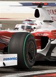 <p>Italiano Jarno Trulli, da Itália, garantiu a pole para o GP do Barein de Fórmula 1 deste domingo. REUTERS/Caren Firouz</p>
