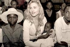 <p>La pop star Madonna e la bimba del Malawi che spera di adottare, in una foto del 13 aprile 2009. REUTERS/Tom Munro/Warner Brothers Records/Handout</p>