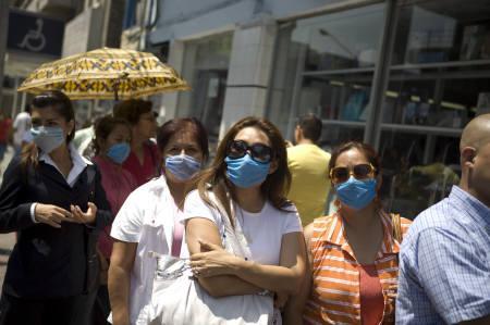 4月27日、WHOが豚インフルエンザの警戒レベルを「フェーズ4」に引き上げ。写真はマスクを買い求め薬局前に並ぶメキシコの人々(2009年 ロイター/Tomas Bravo)