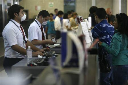 4月28日、豚インフルエンザは航空会社にとってSARSを超える事態となる可能性も。写真はホンジュラス・サンペドロスラの空港。27日撮影(2009年 ロイター/Edgard Garrido)