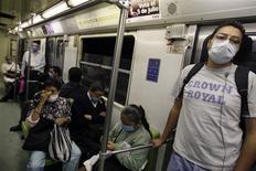 <p>Passageiros vestem máscara protetora enquanto andam de metrô no México. 29/04/2009. REUTERS/Daniel Aguilar</p>