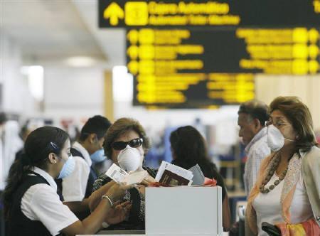 4月29日、WHOが豚インフルエンザ警戒水準を「フェーズ5」に引き上げ。写真はペルー・リマの空港(2009年 ロイター/Enrique Castro-Mendivil)