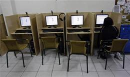<p>Женщина в интернет-кафе в Мадриде 23 мая 2008 года. Нижняя палата парламента Казахстана приняла в первом чтении законодательные поправки, ужесточающие госконтроль над интернетом и СМИ. REUTERS/Andrea Comas</p>