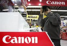<p>Le bénéfice d'exploitation trimestriel de Canon a reculé de 88%, pénalisé par le recul de la demande de photocopieurs et d'imprimantes dû à la crise mais le groupe japonais relève ses prévisions annuelles de résultats grâce à des réductions de coûts et à un yen plus faible. /Photo prise le 30 avril 2009/REUTERS/Yuriko Nakao</p>