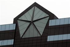 <p>The Chrysler logo is seen on top of its headquarters in Auburn Hills, Michigan April 30, 2009. REUTERS/Rebecca Cook</p>