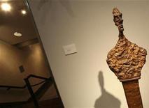 <p>Foto de archivo de la escultura de Alberto Giacometti 'Buste de Diego (Stele III)' en la casa de subastas Christie's en Nueva York, may 1 2009. REUTERS/Brendan McDermid (UNITED STATES)</p>