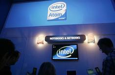 <p>La commission européenne pourrait décider cette semaine d'infliger une amende à la société Intel pour avoir illégalement payé des fabricants d'ordinateurs pour retarder ou annuler le lancement de produits concurrents, selon des sources proches du dossier dimanche. /Photo prise le 9 janvier 2009/REUTERS/Rick Wilking</p>