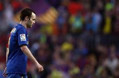 <p>Meia do Barcelona Iniesta deixa o gramado ao final da partida em que a equipe empatou por 3 x 3 com o Villarreal. 10/05/2009. REUTERS/Sergio Perez</p>