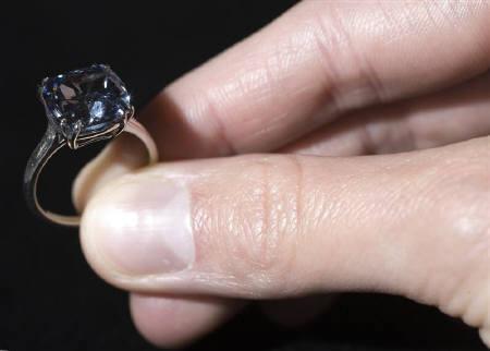 5月12日、ジュネーブでのオークションで7カラットのブルーダイヤが約9億円で落札された。写真は6日、事前公開された同ダイヤ(2009年 ロイター/Denis Balibouse)