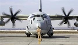 <p>Наземный персонал ведет Hercules C-130 на авиационную базу в Манасе, расположенную недалеко от Бишкека, столицы Киргизии. 13 февраля 2009 года. Обещание США дать Киргизии $30 миллионов на модернизацию системы управления воздушным движением взамен на доступ к аэропортам страны не изменило планов Бишкека закрыть американскую авиабазу. (REUTERS/Shamil Zhumatov(KYRGYZSTAN))</p>