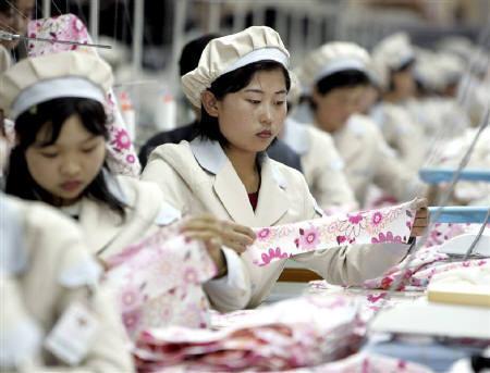 5月18日、開城工業団地が北朝鮮の契約無効宣言で混乱状態に。写真は同団地で働く北朝鮮の女性たち。2005年5月撮影。資料写真(2009年 ロイター/Lee Jae-Won)