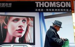 <p>Publicité Thomson à Pékin. Le titre du spécialiste des équipements pour le cinéma, la télévision et la publicité a lourdement chuté en Bourse mercredi sur des rumeurs de faillite, que le groupe a démenties juste avant la clôture. /Photo d'archives/REUTERS/Guang Niu</p>