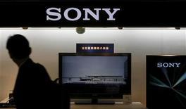 <p>Sony annonce son intention de diviser par deux le nombre de ses fournisseurs au cours des deux prochaines années et de réduire de 20% ses coûts d'approvisionnement dès cette année. /Photo prise le 14 mai 2009/REUTERS/Kim Kyung-Hoon</p>
