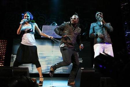 Singer Fergie (L), will.i.am (R), and apl.de.ap of the Black Eyed Peas perform during the Z100 Zootopia concert in East Rutherford, New Jersey May 16, 2009. REUTERS/Lucas Jackson