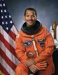 <p>Астронавт Чарльз Болден в форме НАСА в 1991 году. Президент США Барак Обама готовится назначить бывшего астронавта Чарльза Болдена новым директором Национального управления по аэронавтике и исследованию космического пространства (НАСА). REUTERS/NASA/Handout</p>