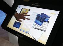 <p>Microsoft Corp a annoncé que la nouvelle version de Windows 7 Starter, le système d'exploitation destiné aux ordinateurs d'entrée de gamme et aux marchés émergents, sera désormais capable d'exécuter plusieurs applications en même temps, à l'inverse des précédentes moutures limitées à trois programmes. /Photo prise le 9 janvier 2009/REUTERS/Rick Wilking</p>
