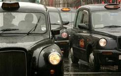 <p>Los taxistas son los trabajadores más malhumorados de Gran Bretaña, de acuerdo a un sondeo publicado el lunes, mientras que las secretarias son las más felices. La sombría rutina de transportar a extraños todos los días hace que los taxistas se rían menos que cualquier otra profesión, según un sondeo de 4.000 trabajadores. REUTERS/Luke MacGregor/Archivo</p>