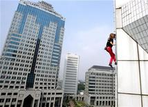 <p>Lo scalatore francese Alain Robert, conosciuto come 'Spiderman', scala l'Indosat Building a Giacarta, il 25 liglio 2004. REUTERS/Beawiharta</p>
