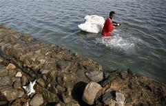<p>Un pescatore con uno squalo nel Mar Rosso. REUTERS/Radu Sigheti</p>