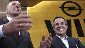 <p>Magna co-Chief Executive Siegfried Wolf (R) and GM Europe President Carl-Peter Forster attend a news conference after talks in the headquarters of German car manufacturer Opel in Ruesselsheim June 3, 2009. REUTERS/Johannes Eisele</p>