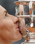 <p>Russa Svetlana Kuznetsova beija troféu ao conquistar o Aberto da França após vitória sobre a compatriota Dinara Safina. REUTERS/Vincent Kessler</p>