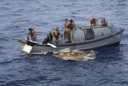 6月7日、仏機墜落事故の収容遺体は17人に。写真は機体の一部の回収作業に当たるブラジル空軍。同空軍提供(2009年 ロイター)