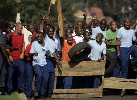 6月9日、2010年サッカーW杯では南アフリカの治安問題が懸念されている。写真は警察が行った治安対策訓練の様子。プレトリアで昨年10月撮影(2009年 ロイター/Siphiwe Sibeko)