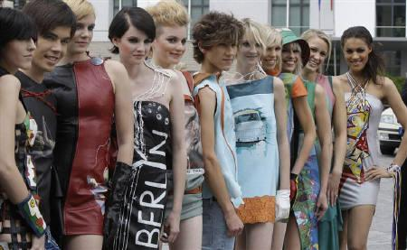 6月9日、ファッション・デザイナーのダニエル・ロダン氏がベルリンの壁崩壊から20周年を記念した新しいコレクションを発表(2009年 ロイター/Tobias Schwarz)