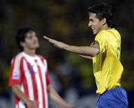<p>Nilmar (direita)comemora gol que deu ao Brasil a vitória por 2 x 1 sobre o Paraguai, para a decepção do paraguaio Riveros. REUTERS/Bruno Domingos</p>